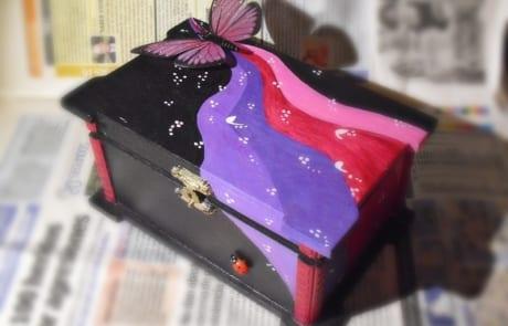 Caja decorada a mano - lápiz creativo