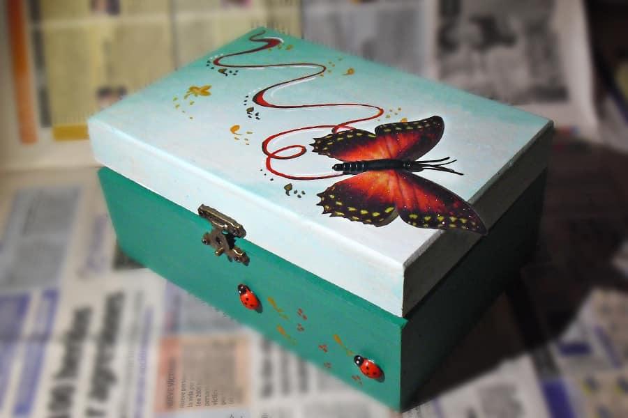 Caja en verde con mariposa l piz creativo - Cajas decoradas a mano ...